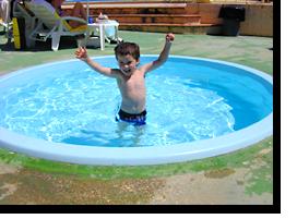 Foto eines Kindes im Kinderpool des Monica Isabel Beach Clubs in Albufeira