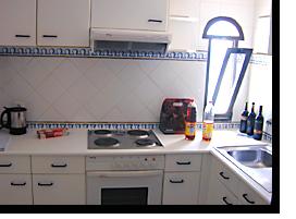 Blick in die Küche des Appartements 702 im Monica Isabel Beach Club Hotel in Albufeira