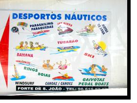 Hinweisschild auf das Wassersportangebot im Monica Isabel Beach Club in Albufeira