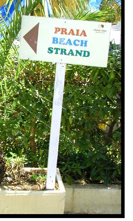 Foto des Strandwegweisers im Monica Isabel Beach Club in Albufeira