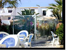 Foto der Glaswände, die als Windschutz dienen