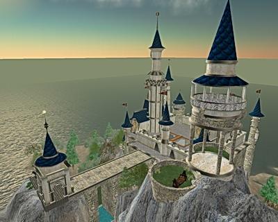 Die Burg hat jede Menge Tuerme mit blauen Daechern