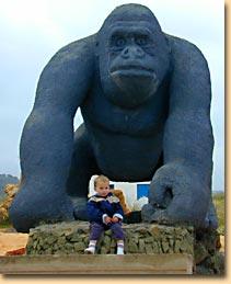 Eine große Affen-Statue am Eingang des Zoos
