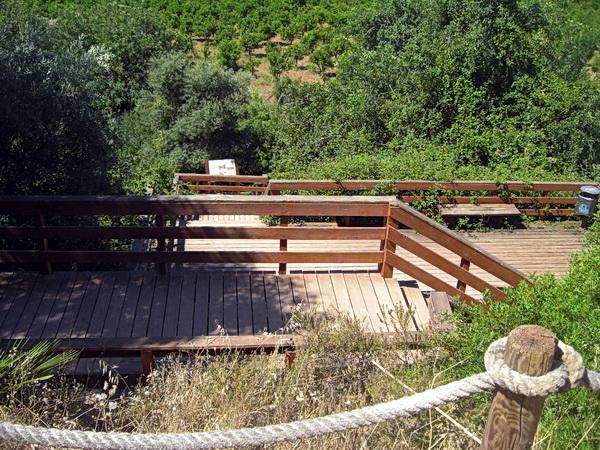 Portugal 2011 - Pego do Inferno: schöne Holztreppen führen zum See