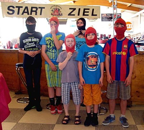 Bild der Rennfahrer vor dem Kartrennen