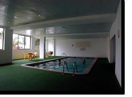 Foto des dunkle Indoor-Pool des Monica Isabel Beach Clubs in Albufeira