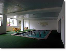 Foto des dunkle Indoor-Pool des Monica Isabel Beach Clubs in Albufeira