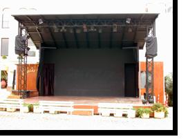 Foto der Showbühne des Monica Isabel Beach Clubs in Albufeira