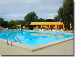 Der Swimming-Pool des Monica Isabel Beach Clubs in Albufeira