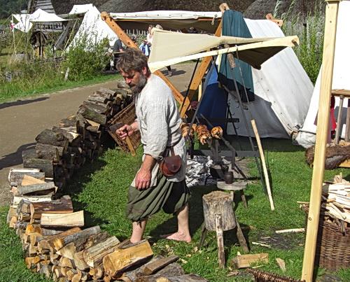 Holzhacken für das Lagerfeuer