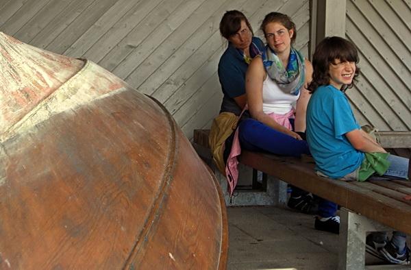 Foto von meiner wartenden Familie im Wikinger Dorf Haithabu