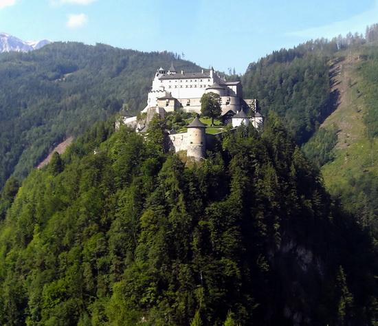 Die Burg Hohenwerfen thront auf einem Felskegel über der Salzach