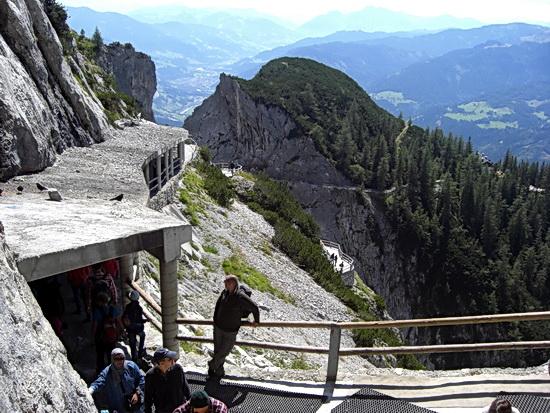 Blick vom Portal der Eishöhle zurück auf den Wanderweg