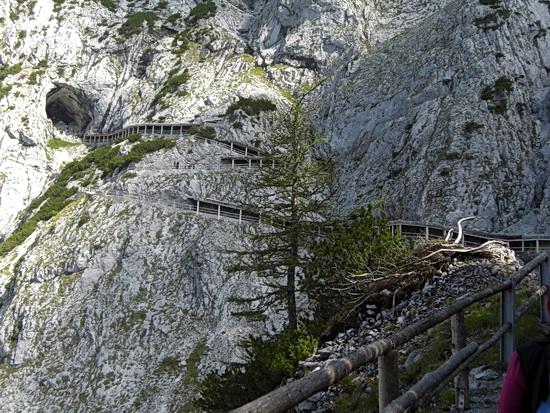 Blick über den letzten Teil der Bergwanderung hin zum Eingang der Eisriesenwelt