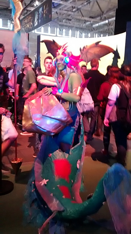 Ein bunter Drache auf der Gamescom 2014