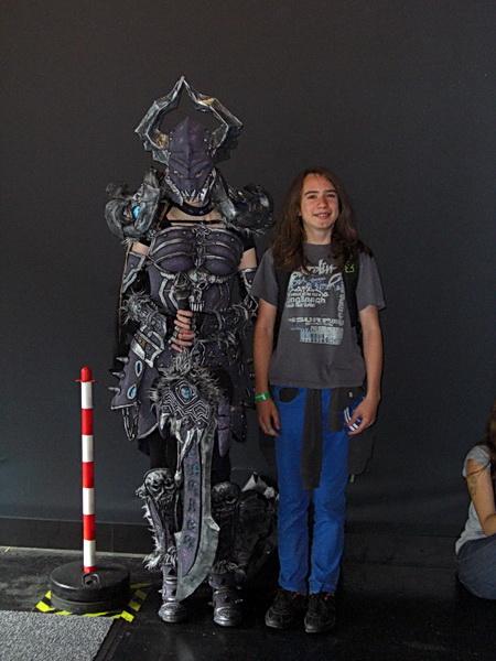 Weiblicher Cosplayer mit aufwendigem Kostüm auf der Gamescom 2014