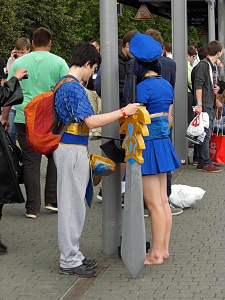 Cosplayer auf dem Bahnsteig Köln Messe
