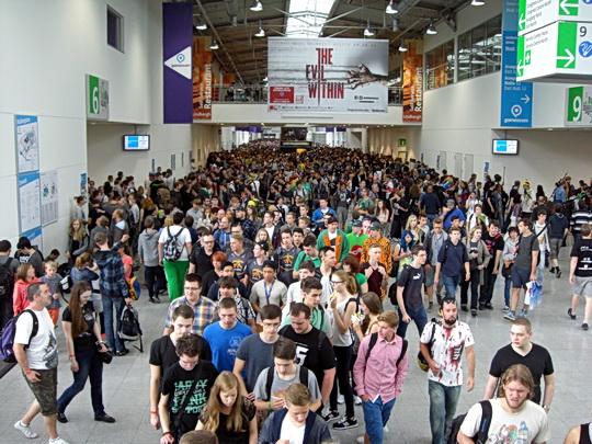 Breite Gänge mit vielen Menschen auf der Gamescom 2014