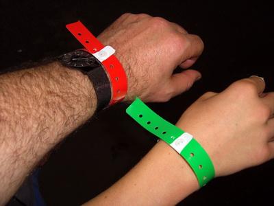 Rote und grüne Armbänder, je nach Altersgruppe