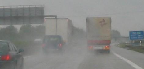 Autos verschwinden im Regen