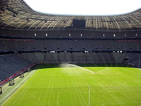 Foto vom Spielfeld der Allianz Arena