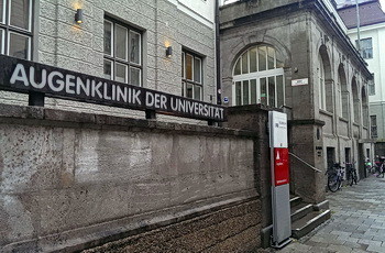 Foto des Eingangs zur LMU Augenklinik in München