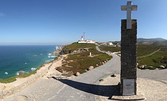 Foto vom Monument am Cabo da Roca, im Hintergrund der Leuchtturm