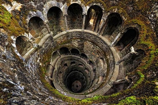 Foto des Brunnens der Initiation in der Quinte da Regaleira in SIntra
