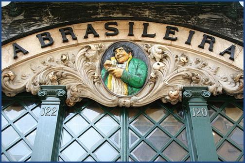 Detailfoto vom Eingangsportal des Café A Brasiliera in Lissabon
