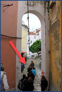 Reisegruppe spaziert durch die Alfama in Lissabon