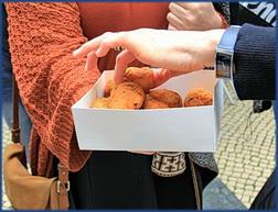 Eine Schachtel mit Pastéis de Bacalhau