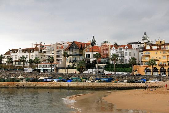Foto vom Häuserfassaden in Cascais, vom Strand aus gesehen