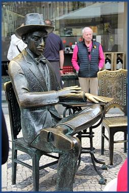Fernando Pessoas als Bronzestatue vor dem A Brasiliera in Lissabon