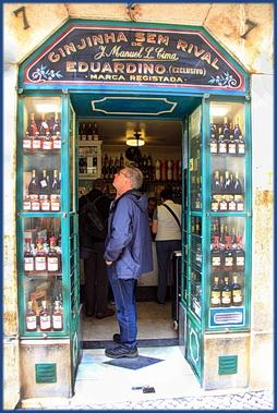 Foto vom Eingang eines Ginjinha Geschäfts in Lissabon