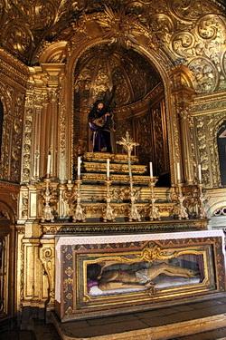 Ein Sarkophag in der Basilika des Heronymitenklosters in Belém