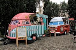 Foto von zwei Flohmarkt-Ständen auf dem Jardim de Belém