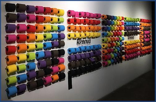 Eine Wand mit vieklen unterschiedlich gefärbten Klorollen