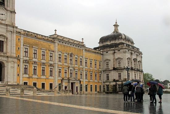 Foto der Fronstseite des Palácio Nacional de Mafra