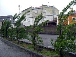 Schlechtes Wetter auf dem parkplatz der Aldeia típica de José Franco