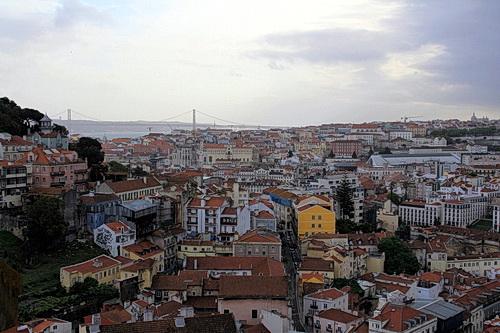 Blick über Lissabon von einem Aussichtspunkt aus