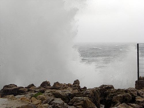 Riesige Wasserfontänen an der Boca do Inferno in Cascais