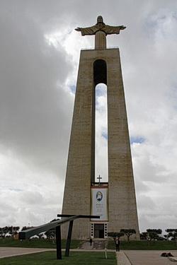 Foto von der kompletten Cristo Rei Statue in Almada, Lissabon, Portugal