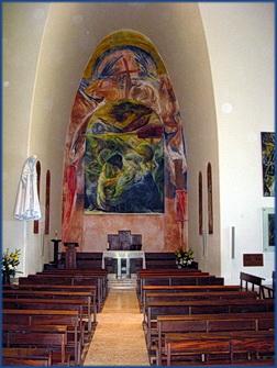Foto des Inneren der Kirche im Sockel der Cristo Rei Statue in Lamada, Lissabon