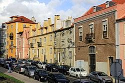 eine Straße in der Alfama in Lissabon mit vielen geparkten Autos