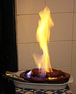 eine portugiesische Chorizo, flambiert auf einem Bräter