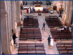 Blick in die Basilika von Mafra auf eine Hochzeit
