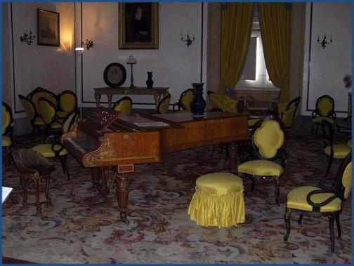 Foto eines Klaviers im Musikzimmer des Palácio Nacional de Mafra