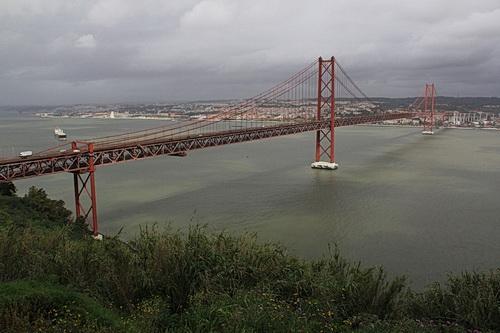 Foto von der Brücke Ponte 25 de Abril in Lissabon