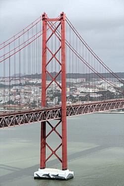 Nahaufnahme eines Pfeilers der Brücke Ponte 25 de Abril in Lissabon
