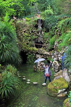 Teich vor dem Eingang zum Tunnelsystem der Quinta da Regaliera in Sintra